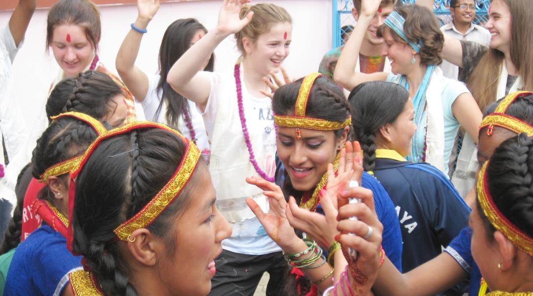 ネパールで現地文化を体験する高校生ボランティアたち